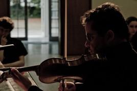Violinist Tom Kemp performing